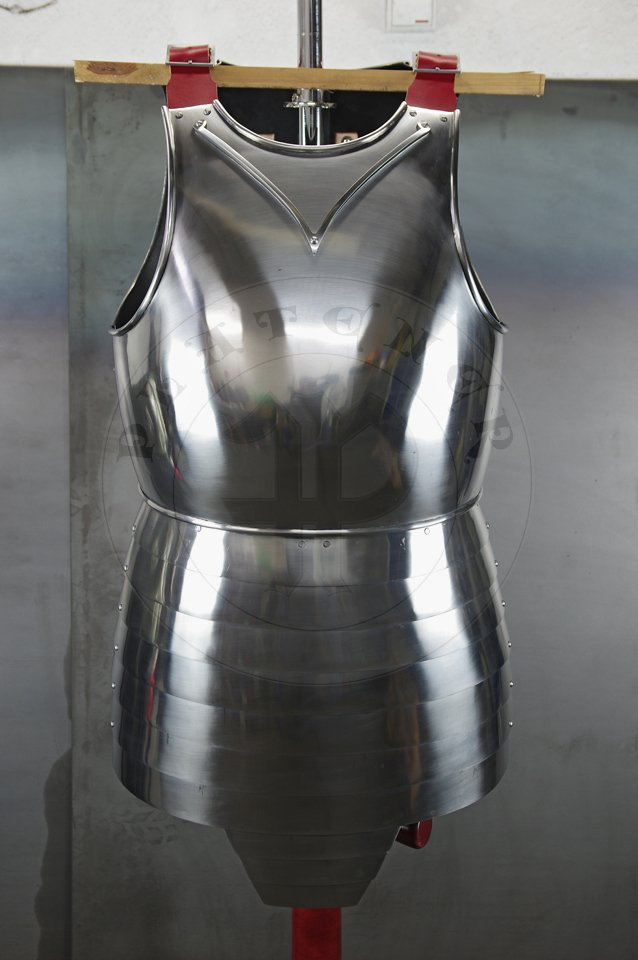 Cuirass with separate skirt in downward lapping lames construction. Backplates hinged at breastplate sides - so called reredors construction. Made of medium carbon steel of various thickness: breastplate 2 mm, backplates 1,5 mm, skirt 1,2 mm. Forged V-shaped stop rib to deflect the points of weapons away from the neck. Heat hardened and tempered up to 42 HRC. Handmade steel buckles in set./ Kirys biały z osobnym fartuchem płytowym. Naplecznik dwuczęściowy przymocowany na zawiasach po bokach napierśnika. Kirys wykonany ze stali średniowęglowej o różnej grubości: napierśnik 2 mm, naplecznik 1,5 mm, fartuch płytowy 1,2 mm. Kuta w kształcie V ochrona szyi. Hartowany i odpuszczany do 42 HRC. Ręcznie wykonane stalowe sprzączki w zestawie.