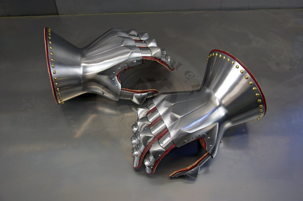 Rękawice klepsydrowe wykonane ze stali średniowęglowej, hartowane i odpusczane do 42 HRC./Hourglass gauntlets made from medium carbon steel, heat hardened and tempered up to 42 HRC.