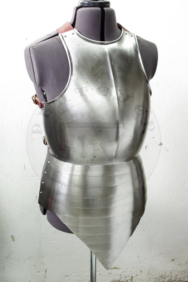 Napierśnik z szorcą wzorowany na przedstawienu z srebrnego ołtarza w katedrze w Pistoi, datowanym na 1371 r./Breastplate with fauld based on depict of men-at-arms from silver altar in Pistoia cathedral, c. 1371.