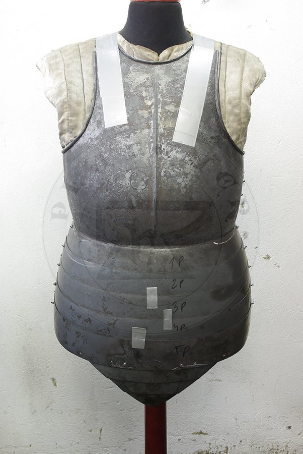 Hartowany kirys biały wykonany w całości ze stali średniowęglowej. Datowany na początek XV./ Heat hardened and tempered full cuirass made from medium carboon steel, begin of XV c.