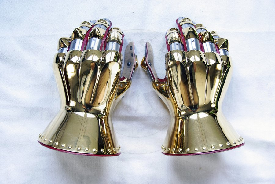 Rękawice klepsydrowe wykonane ze stali średniowęglowej, hartowane i odpusczane do 42 HRC. Pokryte 24 karatowym złotem./Hourglass gauntlets made from medium carbon steel, heat hardened and tempered up to 42 HRC. Covered in 24 karat gold.