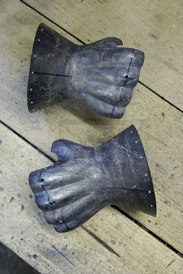 Rękawice klepsydrowe wykonane bez spawania ze stali średniowęglowej w produkcji./Hourglass gauntlets made without welding from medium carbon steel in production.