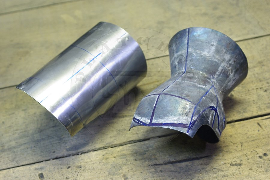Hartowane rękawice klepsydrowe wykonane ze stali średniowęglowej./ Heat harened and tempered hourglass gauntlets made from medium carboon steel.