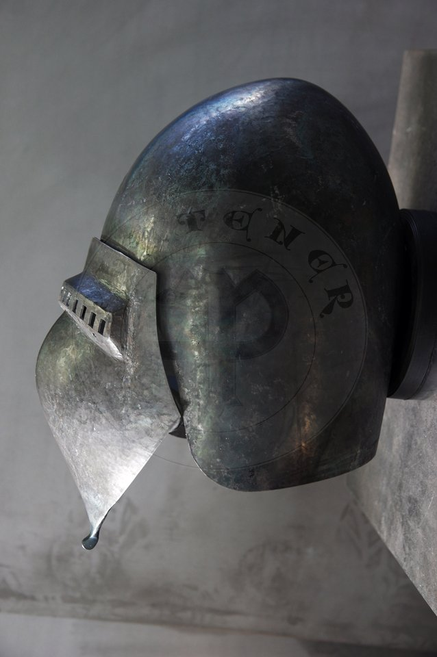 Klappvisier bascinet inspired by helmet from Musee de Valere, Sion c. 1360-1380. Skull raised from two halves of 2 mm high quality mild steel, heat hardened and tempered up to 34 HRC. Visor raised from 2 mm medium carbon steel and hardened and tempered up to 42 HRC. Visor hinge made of medium carbon steel. Visor is removable. Weight 2,950 kg. /Klappvisier zainspirowany hełmem z  Musee de Valere, Sion datowany na 1360-1380. Dzwon wykuty z dwóch połówek  2 mm wysokiej jakości stali niskowęglowej, hartowany i odpuszczany do 34 HRC. Zasłona wykuta z 2 mm stali średniowęglowej, hartowana i odpuszczana do 42 HRC. Zawias zasłony wykonany ze stali średniowęglowej. Zasłona jest zdejmowana. Waga 2,950 kg.