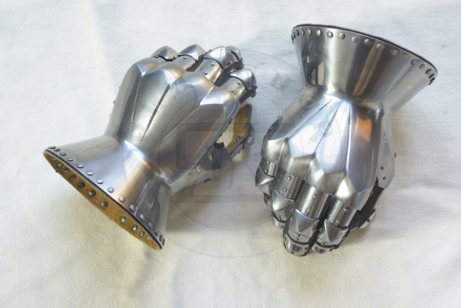 Rękawice klepsydrowe wzorowane na nagrobkach niemieckich rycerzy: Beringera von Berlichinge 1377 oraz Voita von Rieneck 1379/Hourglass gauntlets based on german knights effigies: Beringer von Berlichinge 1377 and Voit von Rieneck 1379