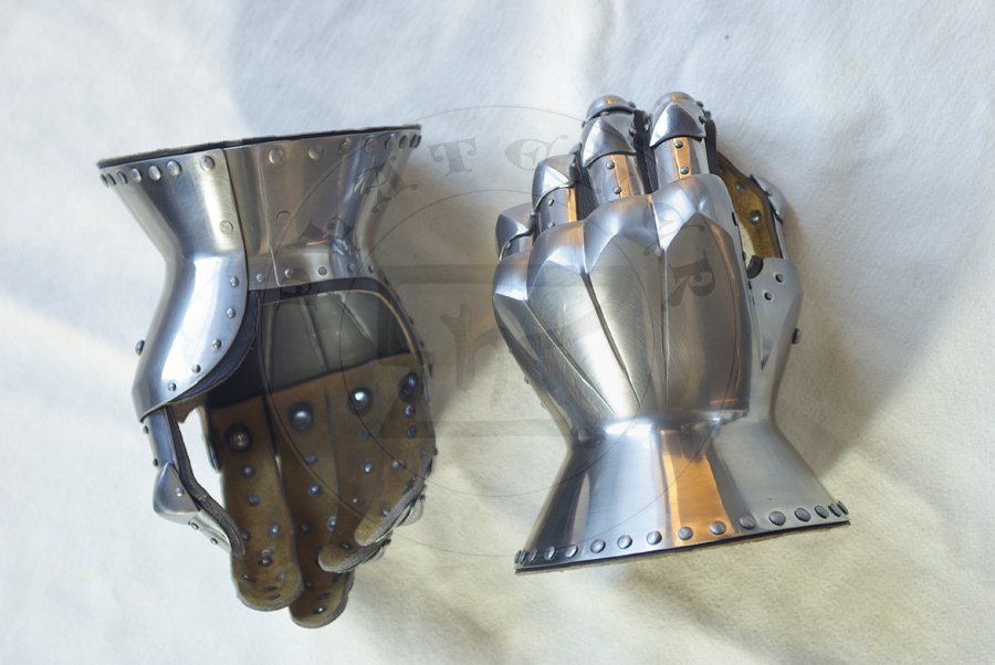 Rękawice klepsydrowe wzorowane na nagrobkach niemieckich rycerzy: Beringera von Berlichinge 1377 oraz Voita von Rieneck 1379/Hourglass gauntlets based on german knight effigies: Beringer von Berlichinge 1377 and Voit von Rieneck 1379